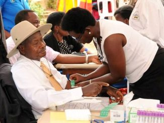 President Museveni taking a public HIV/AIDs test being administered by his personal doctor and now Health Ministery Permanent Secretary Dr. Diana Atwine.