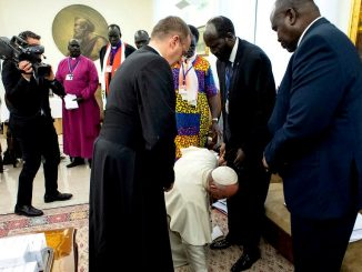 Pope Francis kisses Machar, Kiir feet