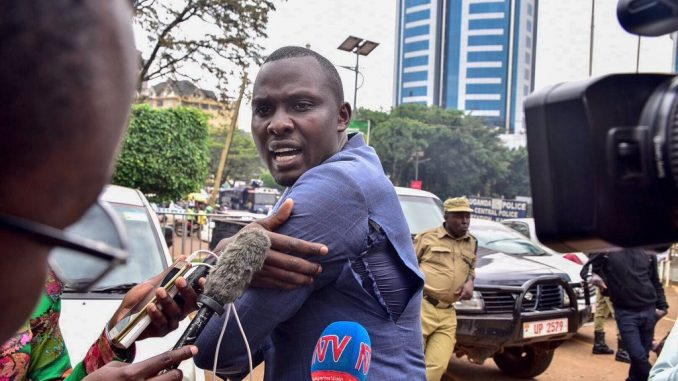Police fires tear gas, bullets to disperse protesting journalists in Kampala